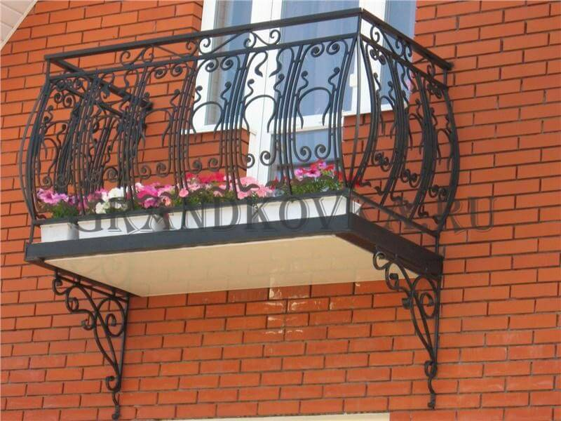 Фото балкона с выносом и ковкой 2