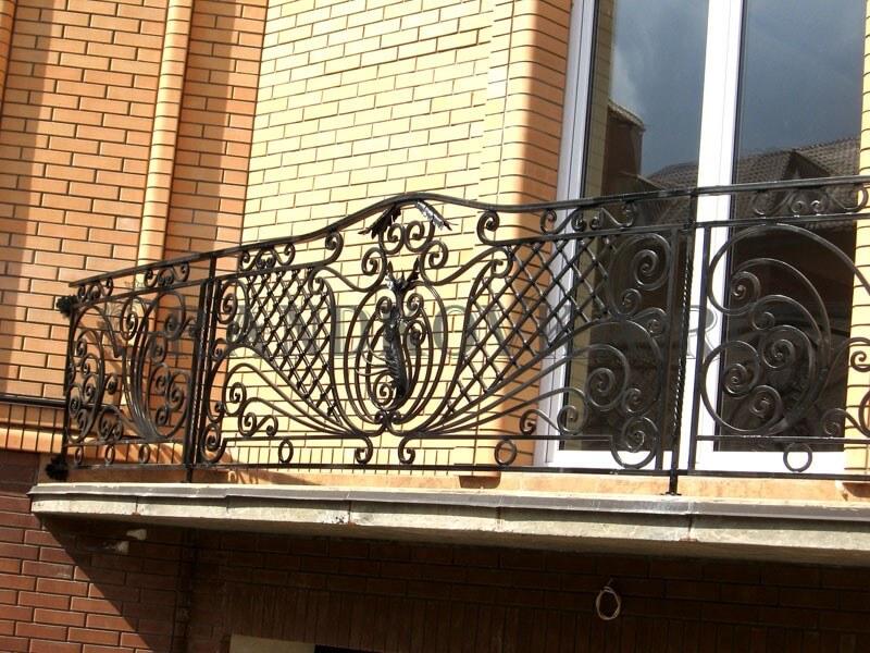Фото балкона с выносом и ковкой 3
