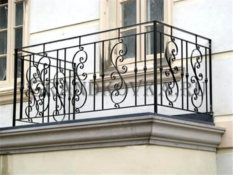 Фото балкона с выносом и ковкой 4