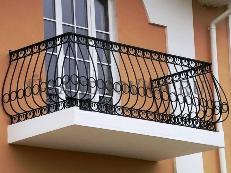 Фото балкона с выносом и ковкой 5