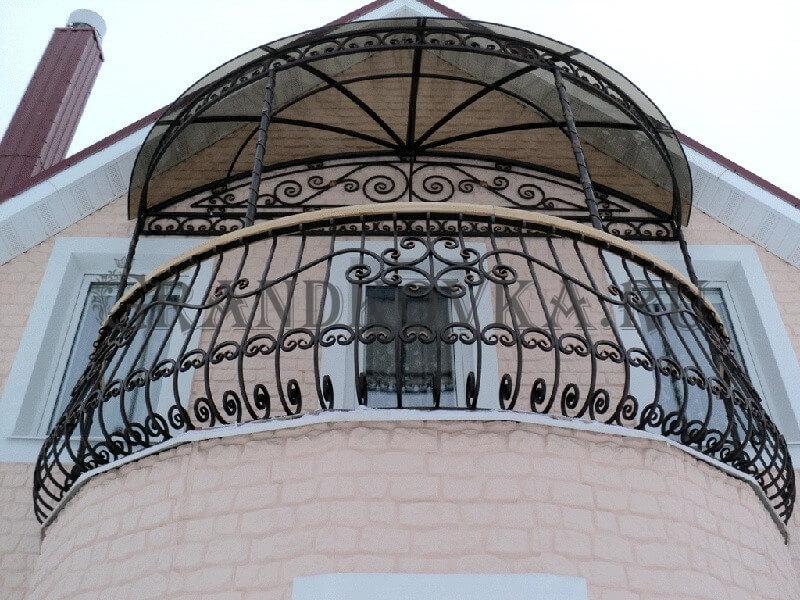 Фото балкона из ковки и поликарбоната 10