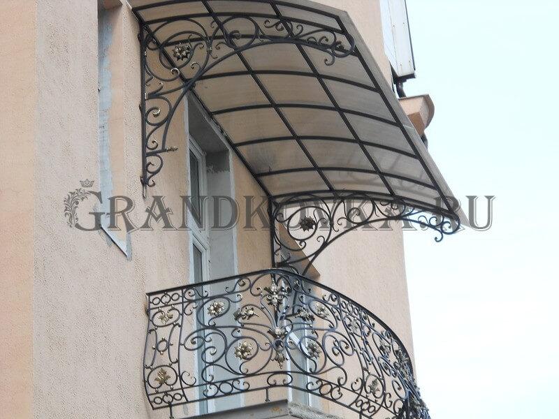 Фото балкона из ковки и поликарбоната 11