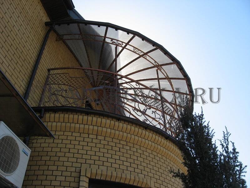 Фото балкона из ковки и поликарбоната 2