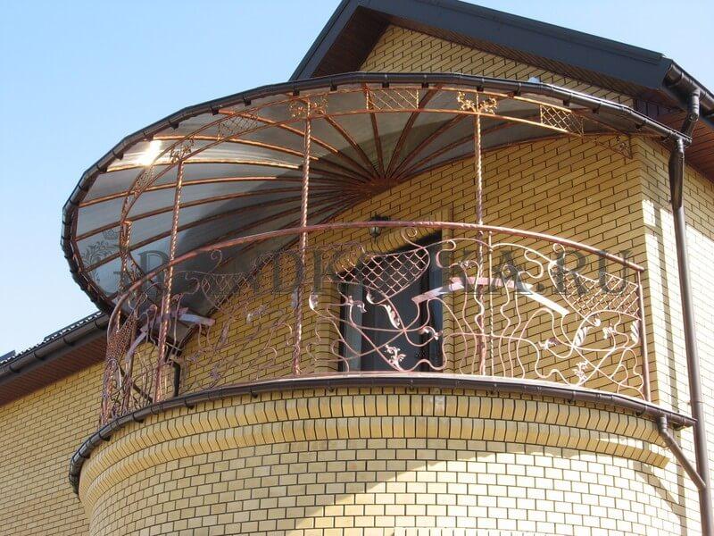 Фото балкона из ковки и поликарбоната 3