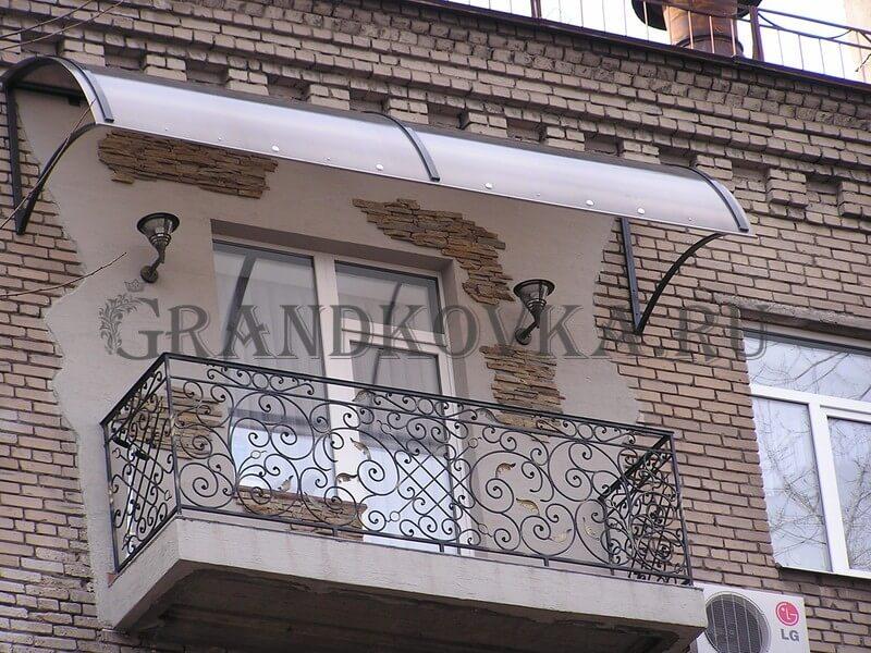 Фото балкона из ковки и поликарбоната 4