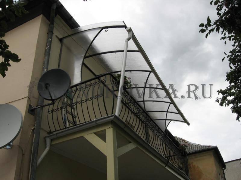 Фото балкона из ковки и поликарбоната 7