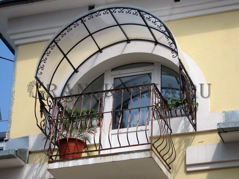 Фото балкона из ковки и поликарбоната 8