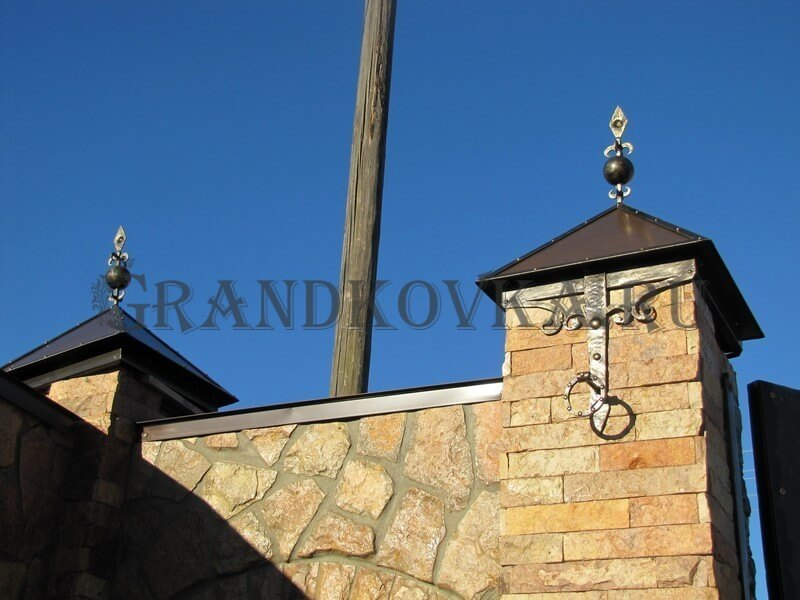 Фото кованых колпаков на кирпичные столбы 5