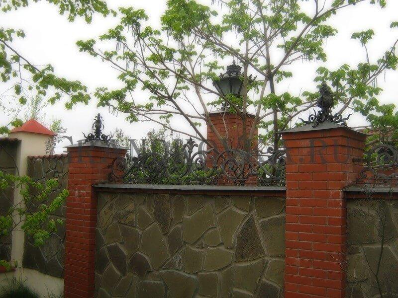 Фото кованых колпаков на кирпичные столбы 6