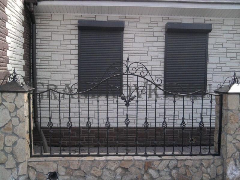 Фото кованого забора с кирпичными столбами 10