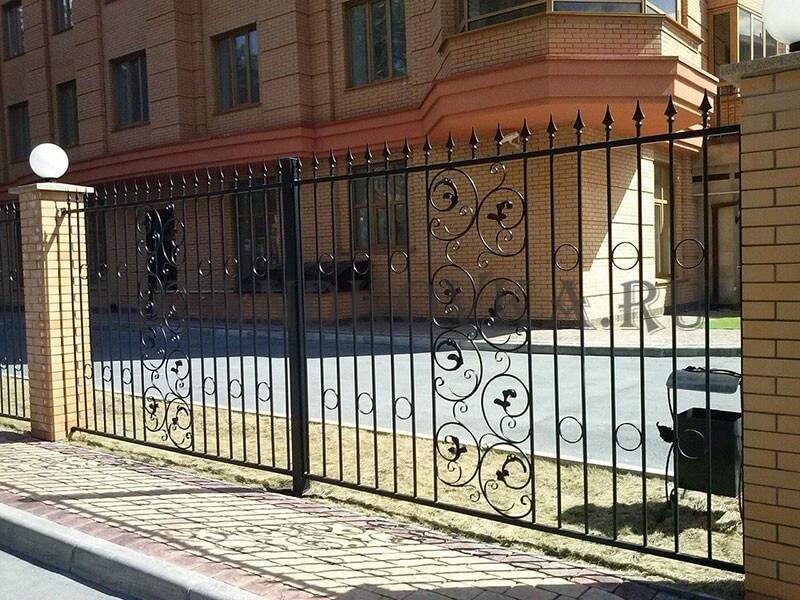 Фото кованого забора с кирпичными столбами 7
