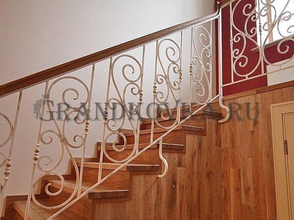 Фото кованой лестницы на второй этаж дома 10