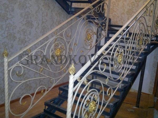 Фото кованой лестницы на второй этаж дома 6