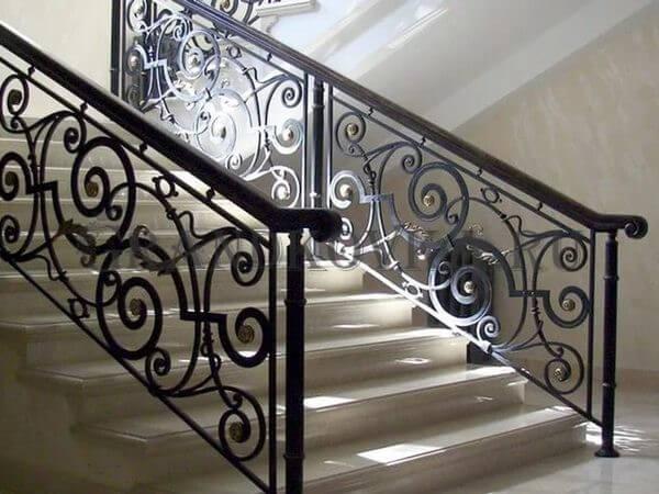 Фото кованой лестницы на второй этаж дома 7