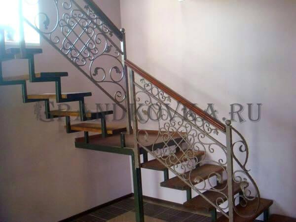 Фото лестницы на металлическом каркасе 3