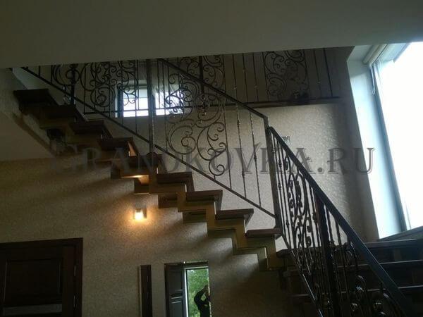 Фото лестницы на металлическом каркасе 8