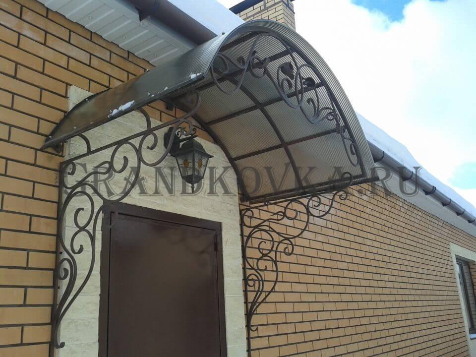 Фото козырька над входом в дом 1