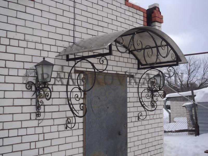 Фото козырька над входом в дом 10