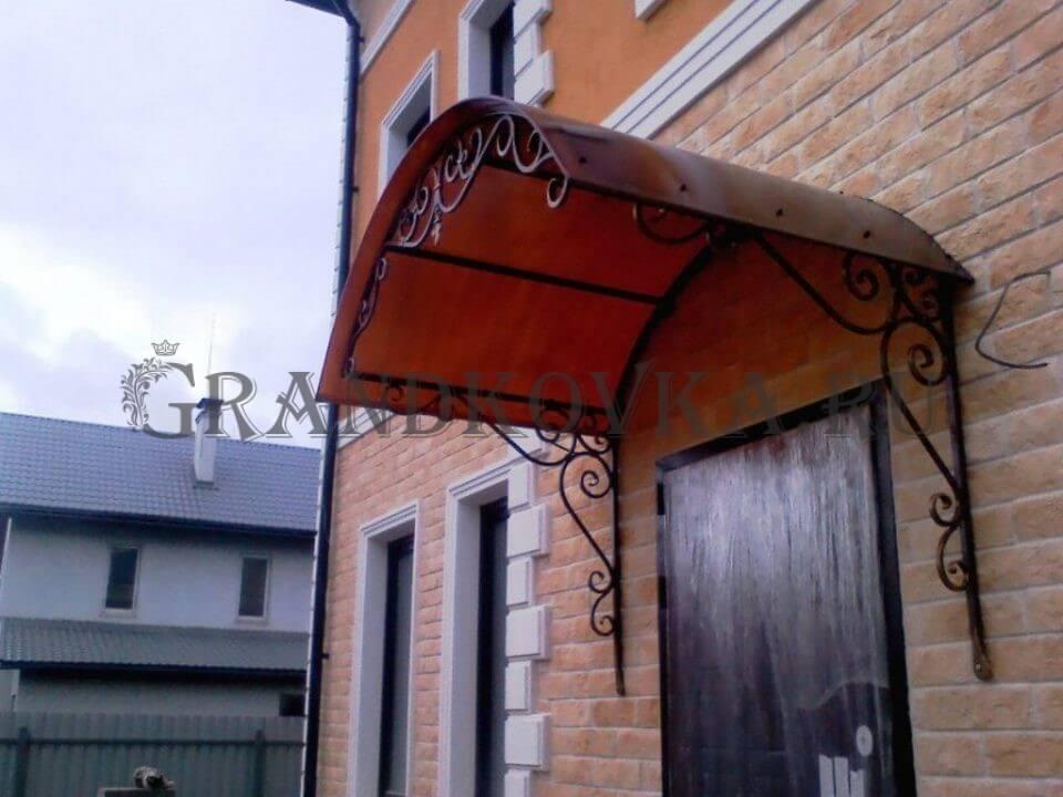 Фото козырька над входом в дом 11