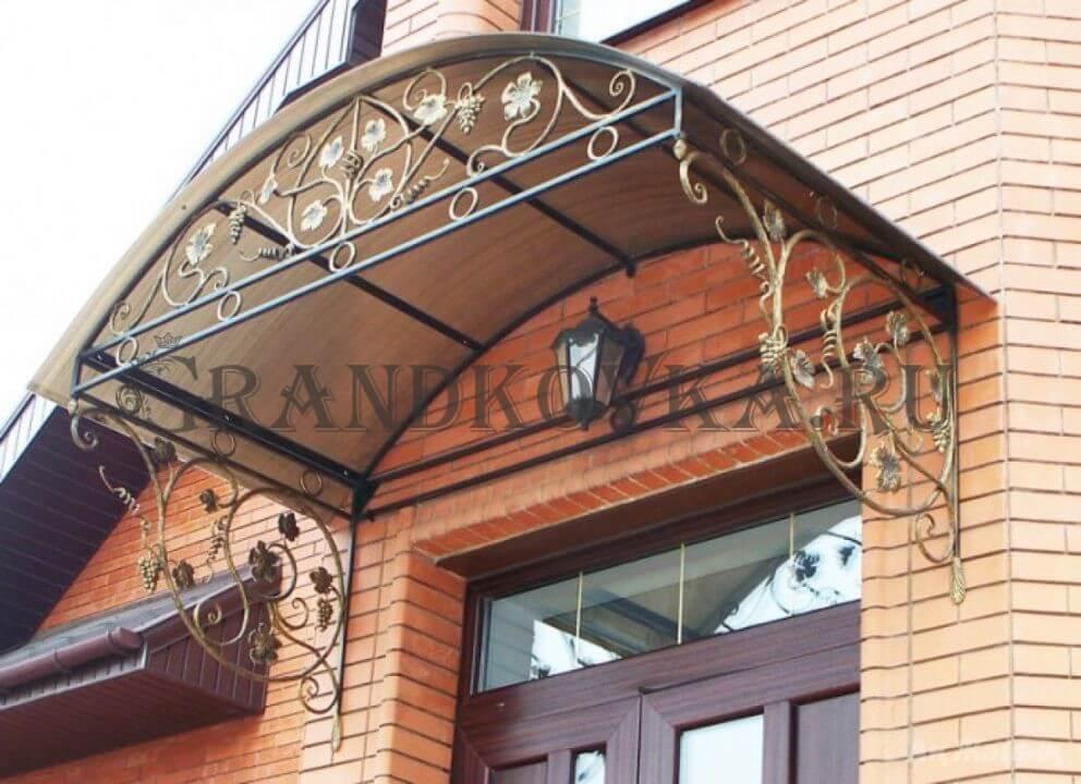 Фото козырька над входом в дом 2