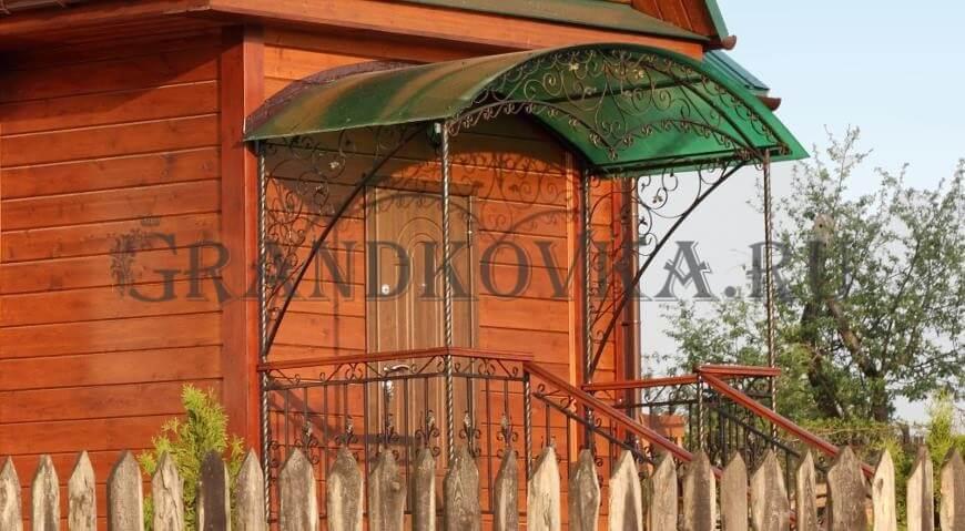 Фото козырька над входом в дом 7
