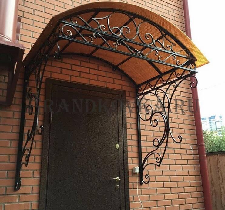 Фото козырька над входом в дом 8