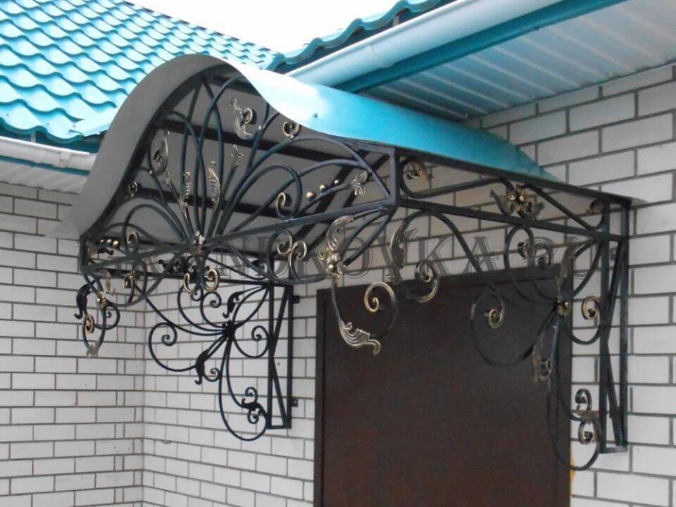 Фото козырька над входом в дом 9